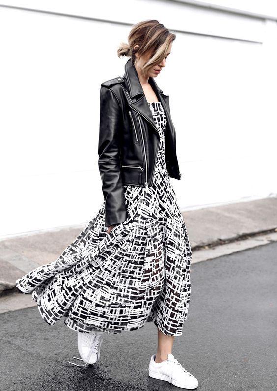 Vestido estampado longo com jaqueta de couro