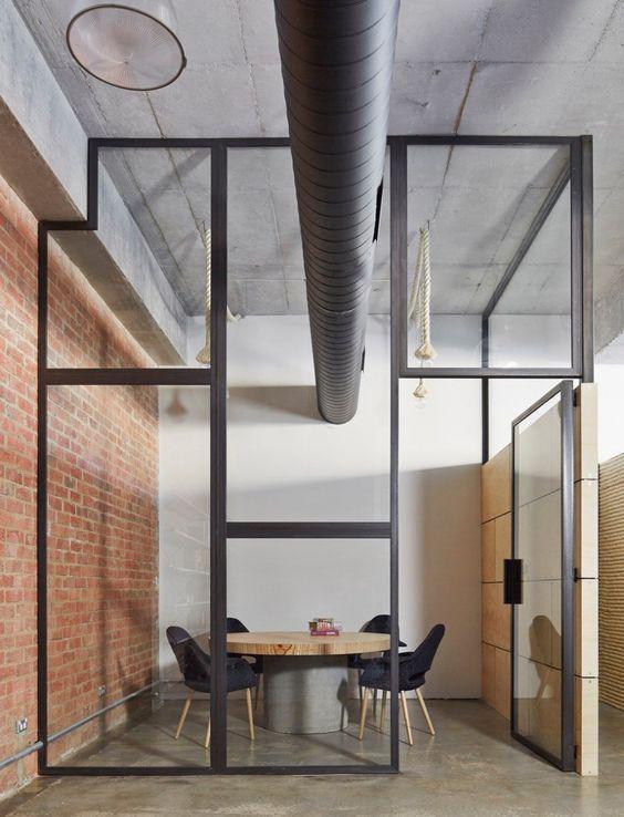 Mur en verre, toujours dans une idée de perspective. Un mur en briques qui réchauferra la pièce, et créera un côté industriel.