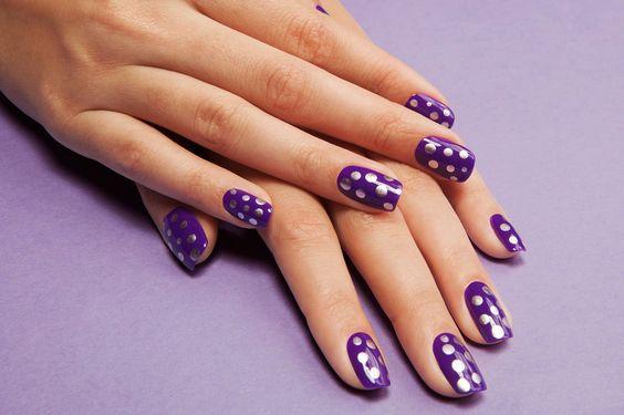 Diseño de uñas en color morado con puntos en color plateado