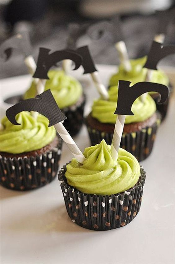 Essa ideia de cupcakes é super fácil de fazer! Basta utilizar canudinhos de papel e aplicar botinhas de bruxas (que você pode imprimir no seu computador). Festa Infantil Halloween - Fonte da imagem @yourhomebasedmom.com