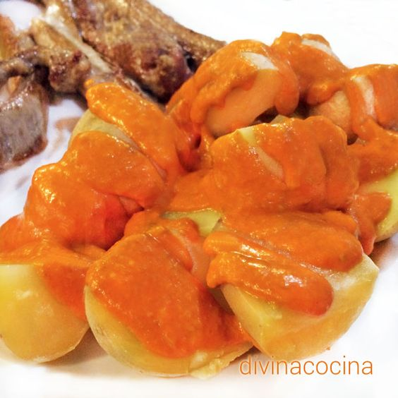 En esta receta de mojo picón rojo hay también una versión personal influenciada por mi devoción por el salmorejo, a la que se añade tomate.