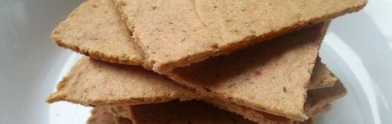 Amandelmeel crackers -      100 gram amandelmeel     1 eiwit (maak van het eigeel mayonaise)     Peper, zout en kruiden naar smaak. Maak bijvoorbeeld dille crackers bij een vissalade of rozemarijncrackers bij vlees. Je kunt ze elke smaak geven die je maar bedenken kan.     Ook crackers met kaneel of vanille zijn erg lekker.     Optioneel; Stukje noot en zaden zijn erg lekker maar ook rozijntjes!
