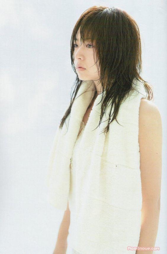 濡れた髪と肩にバスタオイルをかけている井上真央のかわいい画像