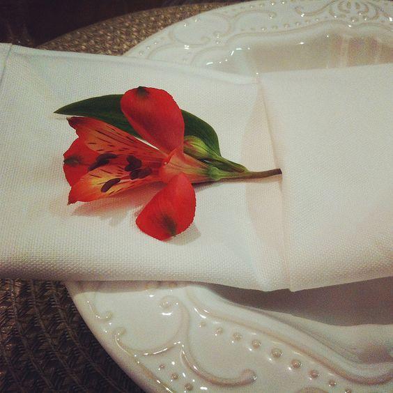 Astromélia na dobradura do guardanapo para receber os convidados com charme