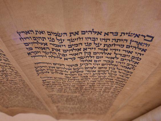 Está escrito en pergamino (gewil), por un solo lado (como era habitual), en hojas cosidas que normalmente tienen tres columnas de texto (algunas tienen cuatro) de 42 líneas cada una (salvo excepciones). Y mide nada menos que 33,30 metros de largo