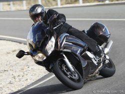 On attendait une « nouvelle » FJR pour 2013, Yamaha ne fait que peaufiner son modèle grand-tourisme. Et après avoir passé deux jours à son guidon, force est de constater que quelques modifications bien pensées valent parfois mieux qu'un grand chambardement…lire l'article : http://www.motomag.com/Yamaha-FJR-1300-A.html  @Yamaha Motor France