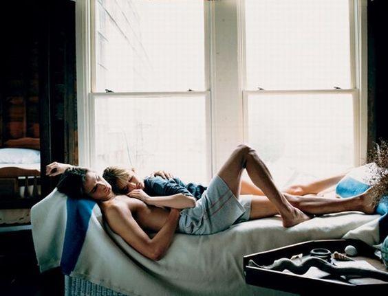 pareja de novios recostados en la cama abrazados durmiendo