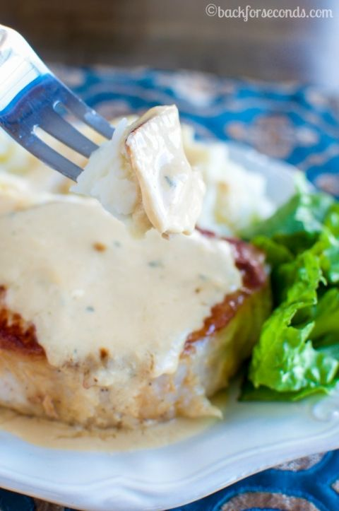 BEST+Pork+Chops+and+Creamy+Pan+Gravy-+an+Easy+Delicious+Dinner!