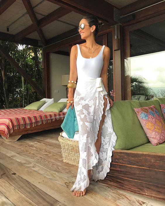 """7,605 curtidas, 36 comentários - Silvia Bussade Braz (@silviabraz) no Instagram: """"Contagem regressiva Look praia total white para já entrar no clima da festa de logo mais ✨A saia…"""""""