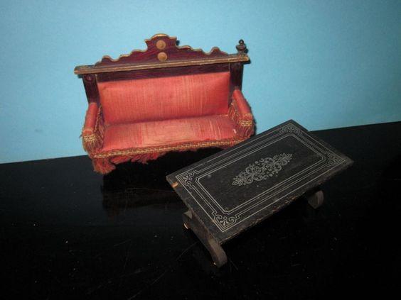 Uraltes Sofa mit Tisch für die alte Puppenstube