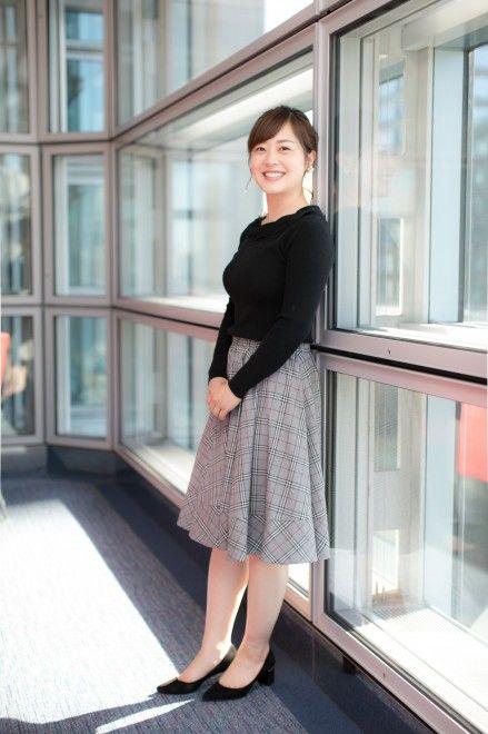 グレンチェックのスカートをはいて窓辺に立っている水卜アナの画像