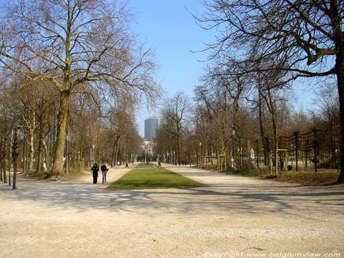 Tussen het Koninklijk Paleis, de Hertogstraat, het Paleis der Natie en de Koningsstraat is het Warandepark of ook wel het KoninklijkPark van Brussel gevestigd. Ooit diende deze als wildreservaat, nu is het een park voor muziekliefhebbers die in alle beslotenheid kunnen genieten van concerten.