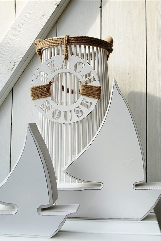 Maritime dekoration mit Segelbooten aus Holz