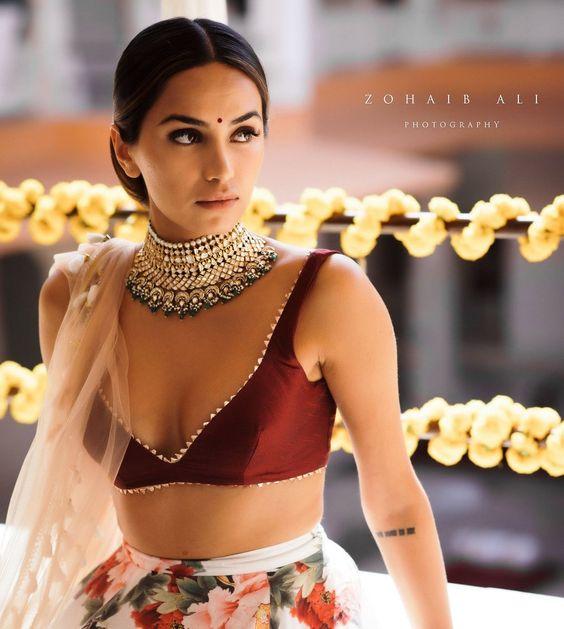 Golden and green choker bridal jewellery for wedding. #bridaljewellery #indianjewellery #jewelleryinspiration #bridaljewelry #indianweddingjewellery #weddinglook #bridalwear #shaadisaga #shaadisagafashion