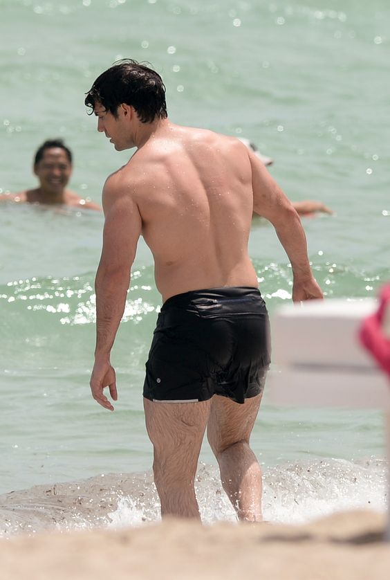 Male Cavill, ops... Henry Cavill on the beach