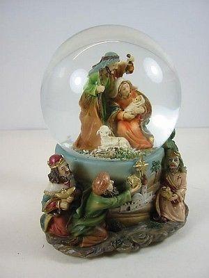 """Aus unserer Schneekugel Kollektion: große Schneekugel mit der Heiligen Familie, mit sehr aufwendig gestaltetem Reliefsockel und dem Weihnachtslied """"Stille Nacht - Heilige Nacht""""."""