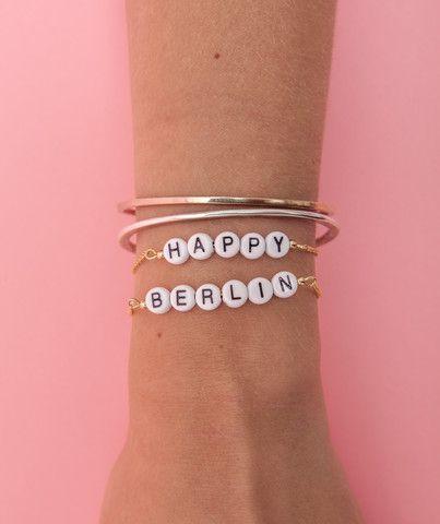 Armband mit Buchstabenperlen