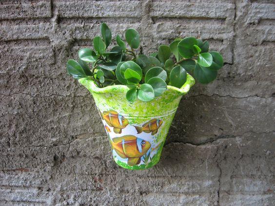 Vaso de cerâmica decorado com peixes
