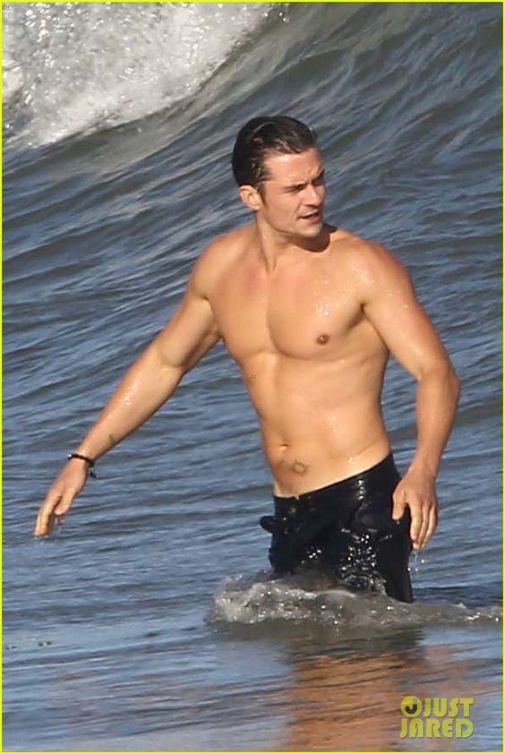 Orlando Bloom a torso desnudo, pero conservando sus pantalones en Malibú - Imágenes http://befamouss.forumfree.it/?t=72921232#entry597090568