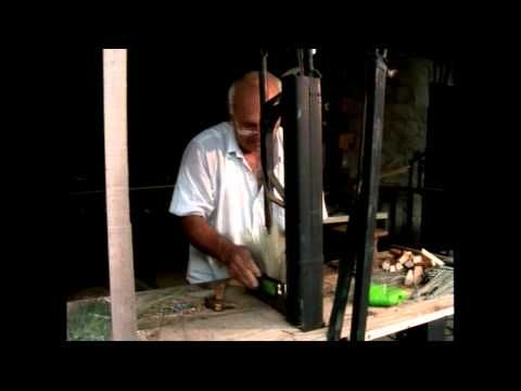 Ex-caminhoneiro inova com fabricação de vassoura ecologicamente correta - YouTube