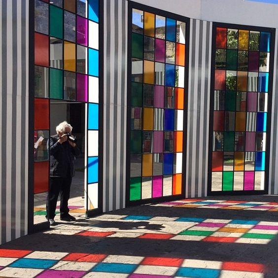 """galeriahilariogalguera El artista y su obra: Daniel Buren fotografiando su pieza """"De la cúpula a la rotonda"""" en el Hospicio Cabañas #deunpatioaotro foto: @maugalguera"""