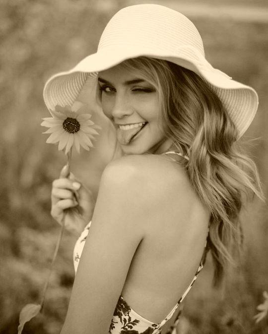 Sono un Po burlone un Po triste un Po malinconia   Sono un tipo con il cuore aperto  Do sempre il meglio  Tra un cappello un fiore  Mi giro e vedo solo il mio passato andarsene più lontano possibile   Così ritroviamo  il sorriso la forza di  andare avanti  combattere  Contro VENTO