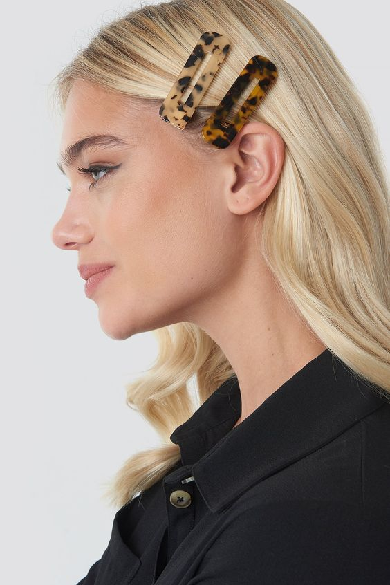 This hairclip by NA-KD Accessories features a squared design and a golden clasp closure.