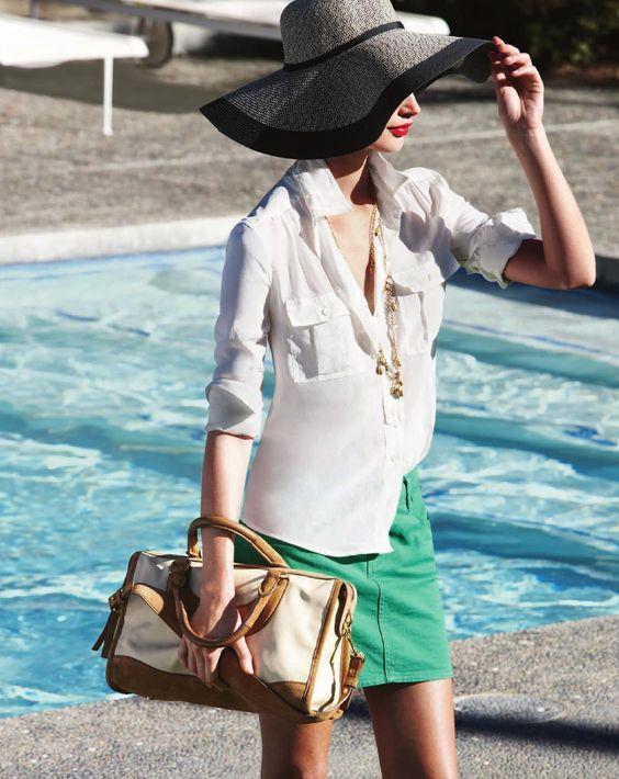 falda color + camisa blanca + accesorios dorados