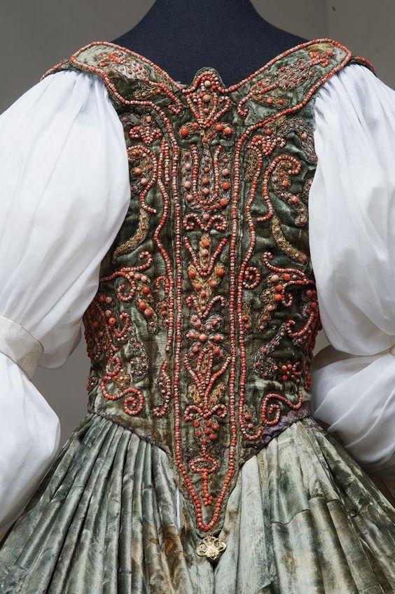 Mieder und Rock, 17. Jahrhundert Hoftracht, Ungarisch. Samt mit Perlen und Stickerei. Detail der Rückseite Mieder.