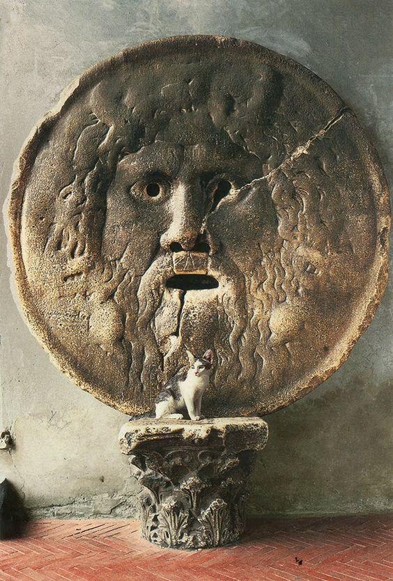 La Bocca della Verità, é uma imagem no pórtico de Santa Maria in Cosmedin, em Roma, Itália. Acredita-se que a Bocca representa o antigo deus fluvial do rio Tibre.