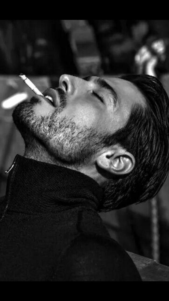タバコをくわえる男性
