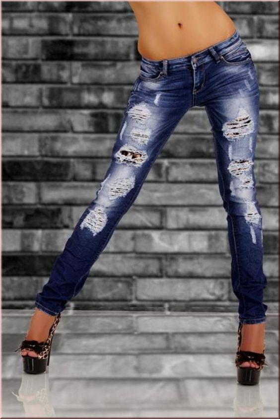 Hier bieten wir Ihnen eine angesagte Destroyed Röhrenjeans zum Kauf an.    Durch Stretch eng anliegend, was sie zu einen echten Renner macht.    Die gecrashten Stellen sind mit Stoff untersetzt. Vorn zum schließen mit einen Knopf.    An der linken Gesäßtasche ist eine kleine Kortel welche das Design schick abrundet. Eine Jeans zum verlieben.