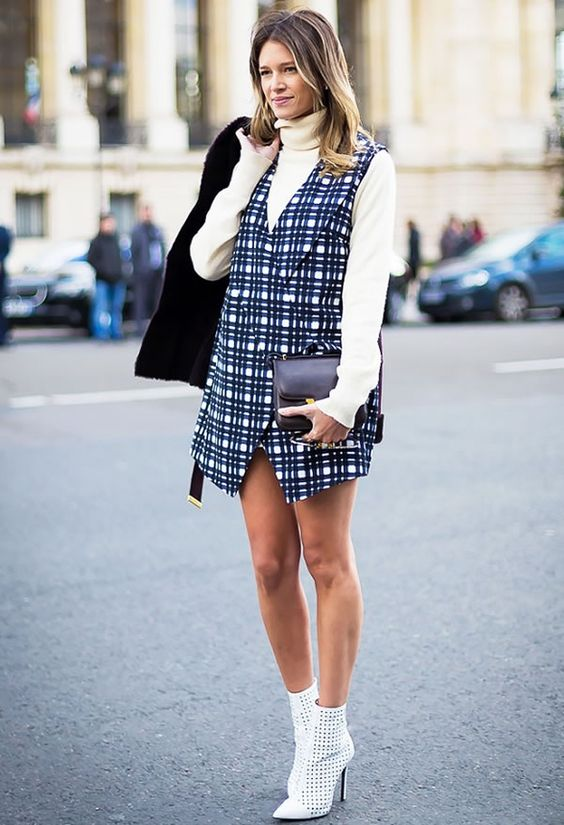 Fique de olho! |Sobreposição | Mini-dress | Gola alta | Bota branca |