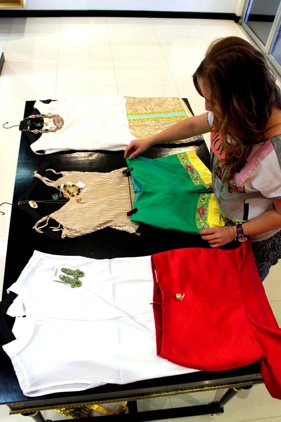 Jessica Cascante (TSR), preparando los outfits para las chicas de 7 Estrellas. En esta ocasión decidimos arriesgarlas un poco más con una paleta más vivaz que llame la atención. Viviana con falda roja, Nancy con short verde y Marilin con falda de lentejuelas.