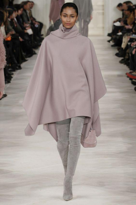 manteau cape en rose pâle et bottes grises extravagantes