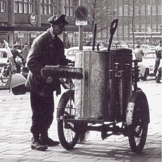 Een straatveger in 1962 - The street cleaner...wow!