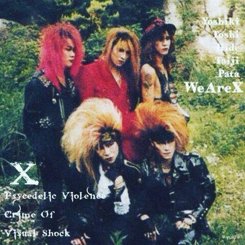 髪の毛を逆立てたヘアスタイルの昔のX JAPANの画像