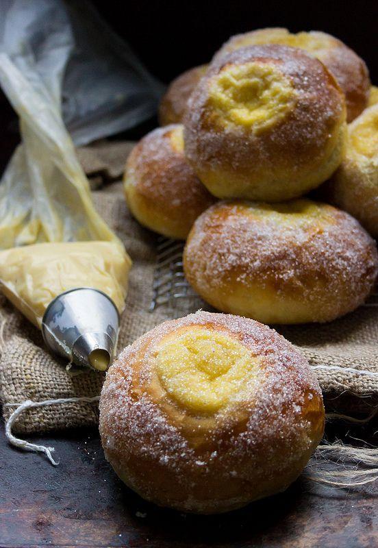Sockerbullar - Brioches suédoises fourrées à la crème pâtissière vanille, ressemblant aux Bomboloni italiens