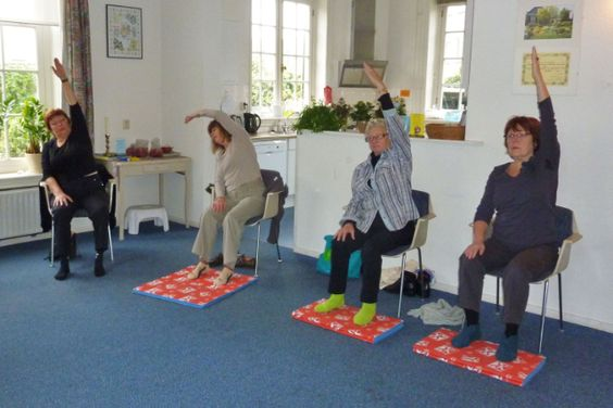 Yoga on pinterest - Stoel met armleuningen senior ...