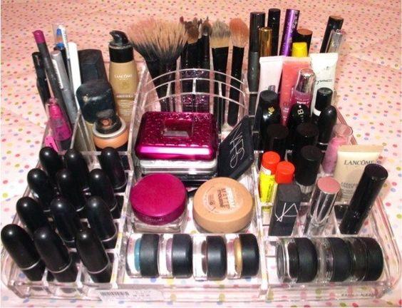 Se você não é muito das artes manuais, pode comprar organizadores de acrílico. | 26 ideias geniais para organizar seus itens de maquiagem: