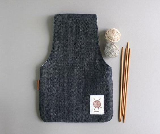 Hecho de dril de algodón, este bolso que hace punto es el regalo perfecto para cualquier crafter. Se utiliza para poner el hilo al punto. Coloque la bolsa en muñeca y dejarla rodar mientras trabajas! Funciona muy bien en las zonas de tejido pequeño como el coche, avión o incluso en tu sofá... Denim azul oscuro es exterior y interior beige de algodón. Se acaba sin costuras expuestas, por lo que la hace reversible. También hay una pequeña etiqueta de cuero en el lado. Puede usar esta bolsa…