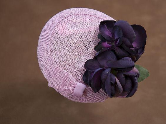 Rosa Fascinator mit Blüten in dunklem Violet.