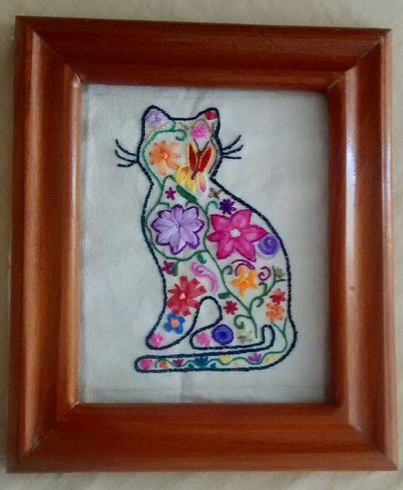 Gato bordado con listón e hilo.