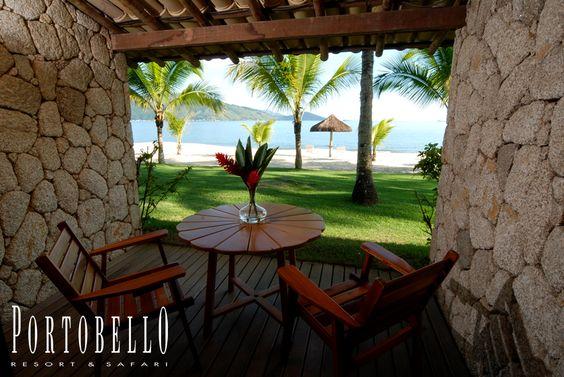 36 Apartamentos Beach Room todos com varanda e saída direta para a praia, com banheiro privativo, minibar, telefone, TV por satélite, ar condicionado, cofre, secador de cabelos, internet com conexão wireless. #VemProPortobello