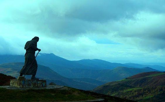 : Estatua del peregrino en un lugar del camino de Santiago