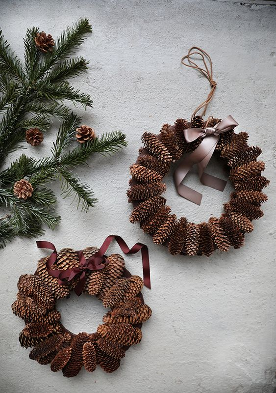 Pine cone wreath by Trendenser - Full instruction on the blog.