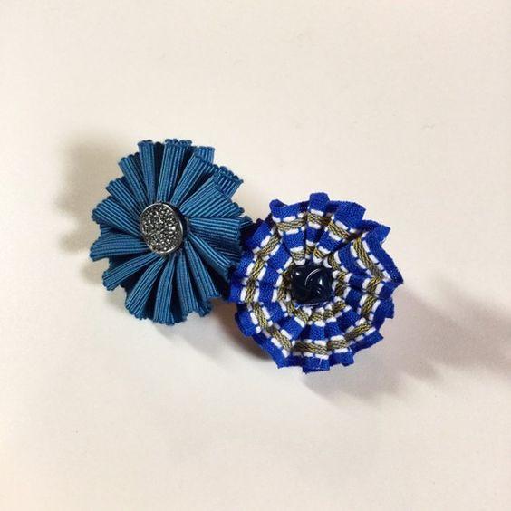 青いストライプのアンティークリボンと渋めの水色のグログランリボンを一ひだずつ縫い、真ん中にボタンを付けました。 手のひらサイズのバレッタです。裏はフェルトにバ...|ハンドメイド、手作り、手仕事品の通販・販売・購入ならCreema。
