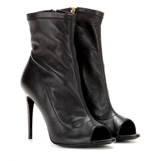 Die schwarzen Leder-Booties von Burberry London sind mit ihrem eng anliegenden Schaft und der Open-Toe-Silhouette verführerisch feminin, was durch den hohen Stiletto mit Marmorierung zusätzlich unterstrichen wird.