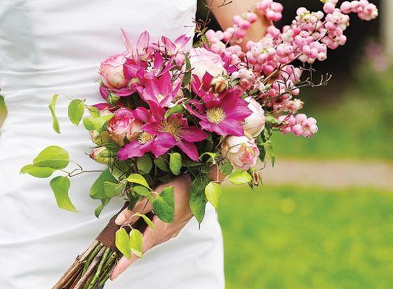 Este modelo de bouquet de noiva é composto por um maço de flores que deve ser apoiado nos braços da noiva. O ideal é que seja usado por mulheres altas, cujo vestido seja mais simples e sem tantos detalhes. Normalmente o bouquet de noivabraçada é feito de tulipas, copo de leite ou lírios. Se for de rosas, o caule deve ser revestido com uma fita..:
