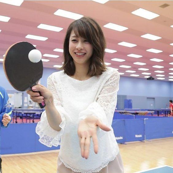 卓球をする加藤綾子